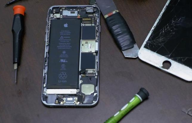 Pieces of an iPhone are seen in a repair store in New York, February 17, 2016.  REUTERS/Eduardo Munoz