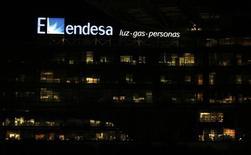 Endesa dijo el martes que su beneficio operativo bruto bajó un 2 por ciento a 3.039 millones de euros, inferior al que esperaban los expertos consultados por Reuters, pero en línea con las proyecciones de la propia eléctrica gracias al mejor entorno de producción y precios en España.  En la imagen de archivo se ve el logotipo de Endesa en su sede de Madrid el 24 de febrero de 2015. REUTERS/Sergio Pérez