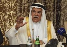 El ministro de Petróleo saudita, Ali Al-Naimi, en una rueda de prensa en Doha, feb 16, 2016. Ali Al-Naimi, expresó el martes su confianza en que más países apoyarán un pacto para congelar la producción a los niveles existentes en conversaciones previstas para marzo, pero descartó un recorte del bombeo de crudo de grandes productores en el corto plazo.  REUTERS/Naseem Zeitoon
