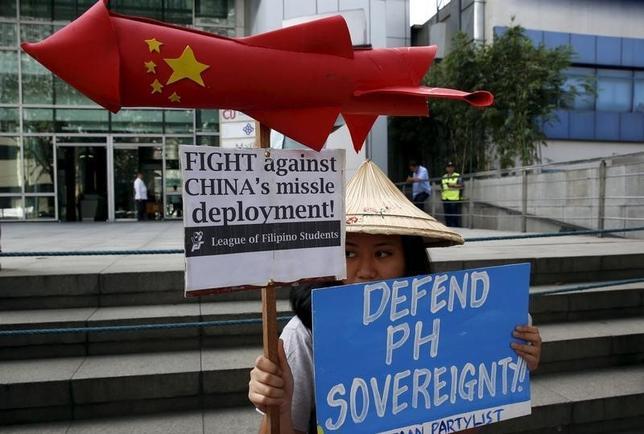 2月19日、中国の人民解放軍は、同国が実効支配する南海諸島の一つ、永興(英語名ウッディー)島に地対空ミサイルを配備したが、この動きに驚いた人は一人としていないだろう。写真は抗議するフィリピンの学生。首都マニラで撮影(2016年 ロイター/Erik De Castro)