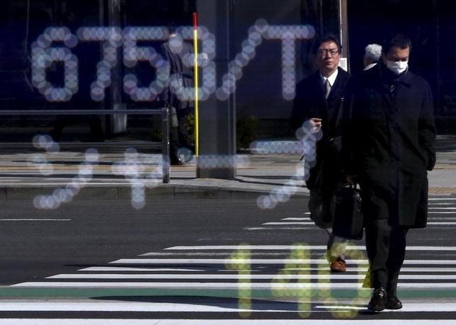 2月25日、東京証券取引所は25日、シャープの売買を午後1時32分から一時停止すると発表した。鴻海工業による再建ニュースで急伸した同株が映る株価ボード。都内で4日撮影(2016年 ロイター/Yuya Shino)