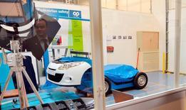 L'équipementier automobile Plastic Omnium entend maintenir une performance opérationnelle élevée en 2016 dans un marché automobile attendu en croissance de 2% à 3% et veut confirmer sa capacité à surperformer la production automobile mondiale après avoir signé un exercice 2015 record et meilleur qu'attendu. Le groupe a dégagé un chiffre d'affaires consolidé en 2015 de 5,01 milliards d'euros. /Photo d'archives/REUTERS/Eric Feferberg/Pool
