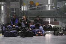 Пассажиры в петербургском аэропорту Пулково. 7 ноября 2015 года. Перевозки пассажиров российскими авиакомпаниями сократились в январе 2016 года к аналогичному периоду прошлого года на 6,1 процента, сообщило во вторник Федеральное агентство воздушного транспорта (Росавиация). REUTERS/Peter Kovalev