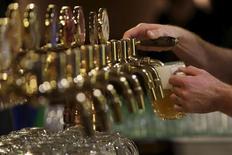 Un bartender sirve un vaso de cerveza en Plzensky Prazdroj, en Plzen, República Checa, el 12 de noviembre de 2015. Anheuser-Busch InBev, que está fortaleciendo su posición como la mayor cervecera del mundo con la compra de SABMiller, reportó el jueves ganancias menores a lo previsto en el cuarto trimestre debido a que sufrió una reducción de participación en el mercado estadounidense y en sus márgenes. REUTERS/David W Cerny