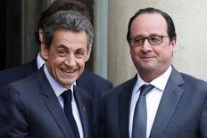 Президент Франции Франсуа Олланд (справа) и экс-президент, глава республиканской партии Николя Саркози на встрече в Елисейском дворце в Париже 22 января 2016 года. Понижение налогов, упрощение правил в сфере труда, уменьшение государственного вмешательства в стране, известной своей приверженностью протекционистской общественной модели - экономический либерализм стал неожиданной тенденцией среди кандидатов на участие в президентских выборах 2017 года во Франции. REUTERS/Philippe Wojazer