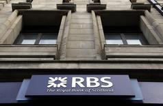 Royal Bank of Scotland Group annonce une perte annuelle de 1,97 milliard de livres sterling (2,49 milliards d'euros), s'affichant dans le rouge pour une huitième année consécutive. /Photo d'archives/REUTERS/Stefan Wermuth
