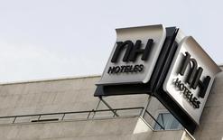 Tras una racha de tres años de pérdidas, el grupo hotelero NH <NHH.MC> volvió a los beneficio en 2015 gracias a la mejora de la actividad hotelera en España y el resto de Europa. Imagen del logo de NH Hoteles en esta imagen de archivo tomada el 28 de octubre de 2009. REUTERS/Sergio Perez