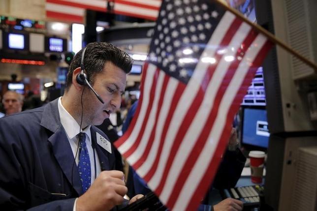 2月26日、昨年第4・四半期の米GDP改定値は前期比1.0%増と、速報値から上方修正された。写真はNY証券取引所の様子。昨年12月撮影。(2016年 ロイター/ Lucas Jackson)