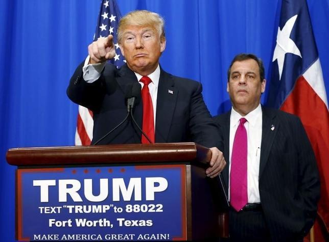 2月26日、米ニュージャージー州のクリスティ知事(右)は米大統領選・共和党の指名争いでトップを走るトランプ氏への支持を表明した。写真は26日、テキサス州フォートワースで撮影(2016年 ロイター/Mike Stone)
