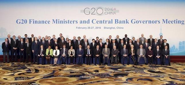 2月27日、 中国・上海で開かれていた20カ国・地域(G20)財務相・中央銀行総裁会議は、均衡の取れた成長や市場の安定に向け、財政を含めたあらゆる政策手段を動員することを明記した共同声明を採択し、2日間の討議を終えた。写真は上海G20の各国参加者。同日撮影(2016年 ロイター/Aly Song)