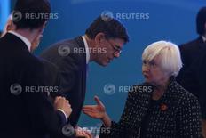 La presidenta de la Reserva Federal estadounidense, Janet Yellen, conversa con el secretario del Tesoro Jack Lew en la reciente reunión del G-20 en Shanghái. REUTERS/Aly Song