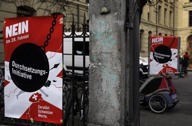 2月28日、スイスで外国人犯罪者の国外追放条件強化の是非を問う国民投票が行われ、否決された。写真は国外追放反対のキャンペーンポスター(2016年 ロイター/Ruben Sprich)