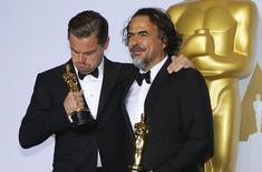 """Leonardo DiCaprio, ganador del Oscar a mejor actor por su papel en """"The Revenant"""", y el ganador del premio a mejor director Alejandro González Iñárritu (derecha) por """"The Revenant"""" posan con sus galardones en el backstage de los premios de la Academia en Hollywood, Estados Unidos, 28 de febrero del 2016. El filme sobre abusos sexuales por parte de sacerdotes católicos """"Spotlight"""" se llevó el mayor galardón de los premios Oscar el domingo, mientras que el mexicano Alejandro González Iñárritu ganó como mejor director por segundo año consecutivo por """"The Revenant"""". REUTERS/Mike Blake"""