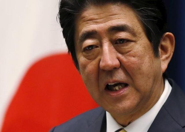 2月29日、安倍晋三首相は午後の衆院予算委員会で、来年4月に予定されている消費税率10%への引き上げについて「リーマンショック級、あるいは東日本大震災級の出来事がなければ、予定通り引き上げる」とし、「現在のところ、凍結あるいは延期する考えはない」と語った。写真は都内で1月撮影(2016年 ロイター/Toru Hanai)