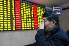 Les Bourses chinoises ont terminé en net recul lundi, à leur plus bas niveaux depuis un mois, dans la crainte de voir les investisseurs se tourner vers l'immobilier au détriment des actions et après des résultats décevants parmi les petites capitalisations à forte croissance. /Photo prise le 25 février 2016/REUTERS/China Daily