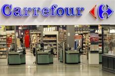 Carrefour a signé un accord avec le groupe Eroski en vue de l'acquisition en Espagne de 36 hypermarchés, d'une surface totale de 235.000 m2, ainsi que 8 galeries marchandes et 22 stations-service attenantes. La transaction s'élève à 205 millions d'euros. /Photo d'archives/REUTERS/Charles Platiau