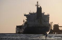 Нефтяной танкер у города Дуба в Саудовской Аравии 20 апреля 2013 года. Саудовская Аравия продолжит работать со всеми крупнейшими производителями нефти для стабилизации рынка и готова удовлетворить значительную часть мирового спроса из коммерческих соображений, говорится в сообщении агентства SPA со ссылкой на кабинет министров. REUTERS/Mohamed Al Hwaity