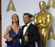 Brie Larson e DiCaprio posam após ganharem Oscar. 28/2/2016.  REUTERS/Mike Blake