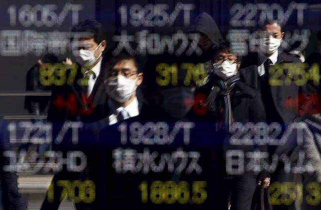 3月1日、寄り付きの東京株式市場で、日経平均株価は前営業日比13円76銭安の1万6013円00銭と小幅続落して始まった。写真は都内の株価ボード。2月撮影(2016年 ロイター/YUYA SHINO)