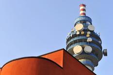 La cadena privada Telecinco subió un 0,8 por ciento su audiencia en febrero hasta el 14,7 por ciento y superó a Antena 3 por más de un punto, liderando la parrilla española por decimoctavo mes consecutivo, según un informe de audiencias publicado el martes. En la imagen, una torrre de Mediaset en Milan, el 25 de febrero de 2011.  REUTERS/Paolo Bona