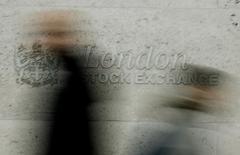 Люди проходят мимо здания Лондонской фондовой биржи 12 декабря 2006 года. Оператор бирж и клиринговых организаций Intercontinental Exchange (ICE) сообщил во вторник, что может сделать предложение о покупке London Stock Exchange Group (LSEG), через неделю после того, как Deutsche Boerse AG предприняла третью попытку слияния с британской финансовой компанией. REUTERS/Stephen Hird