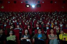 """Люди смотрят """"Титаник 3D"""" в кинотеатре в Тайюане 10 апреля 2012 года. Месячные сборы в кинопрокате Китая в феврале впервые обошли подобный показатель в США, сообщило государственное информационное агентство КНР Синьхуа. REUTERS/Stringer"""