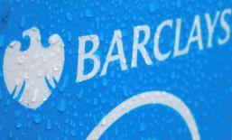 Fotografía de archivo del logo de Barclays en Londres, 8 de mayo de 2014. Barclays Plc reportó el martes una caída de un 2 por ciento en su ganancia ajustada antes de impuestos para todo el año y dio a conocer planes para simplificar sus operaciones en el Reino Unido y el extranjero para aumentar su rentabilidad y reducir costos, sobre todo mediante la salida de su negocio histórico en África. REUTERS/Stefan Wermuth/files