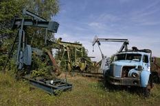 Заброшенные станки-качалки в Музее нефти в Мерквиллер-Пешельброне, Франция 7 мая 2014 года.  Производители нефти должны остановить рост добычи, если не могут договориться о ее снижении, сказал министр энергетики ОАЭ Сухейл бен Мухаммед аль-Мазруи. REUTERS/Vincent Kessler