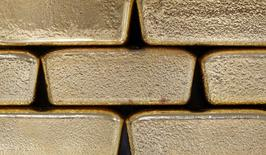 Foto de archivo de unos lingotes de oro fotografiados en Viena, Austria, 26 de agosto de 2011. Los precios del oro subían el martes tras registrar su mayor ganancia mensual en cuatro años, en medio de las preocupaciones sobre la economía mundial generadas por unos datos pesimistas de China y Estados Unidos que impulsaron el interés en el metal precioso como activo de refugio. REUTERS/Lisi Niesner/Files