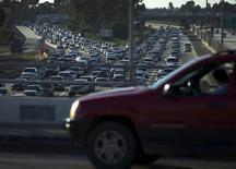 Le marché automobile américain a progressé de quelque 7% en février, à la faveur du faible niveau des prix de l'essence, d'un crédit bon marché et de salaires plus élevés. /Photo d'archives/REUTERS/Mike Blake