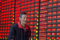 Инвестор в брокерской конторе в Нанкине. 1 марта 2016 года. Фондовый рынок Китая в среду продемонстрировал самый сильный однодневный рост за четыре месяца, подскочив более чем на 4 процента, поскольку инвесторы устремились к строительным и сырьевым активам, воодушевленные признаками восстановления на рынке недвижимости. REUTERS/China Daily