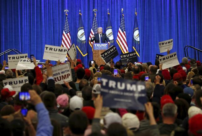 3月1日、2016年米大統領選の共和党候補指名争いでドナルド・トランプ氏が勝利して、恐らく民主党候補になるヒラリー・クリントン氏と11月の選挙で対決するとの見方が強まり、米国株投資家の間で売りに走る向きが出てきた。檀上はトランプ氏。ケンタッキー州で撮影(2016年 ロイター/Chris Bergin)