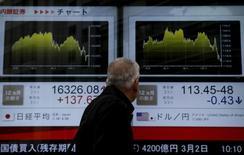 Un hombre mira un tablero electrónico afuera de una correduría en Tokio, Japón, 29 de febrero de 2016. El índice Nikkei de la bolsa de Tokio saltó el miércoles a un máximo en más de tres semanas, luego de que el dólar se apreció frente al yen gracias a unos sólidos datos de manufactura y construcción en Estados Unidos. REUTERS/Yuya Shino