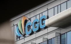 CGG a creusé ses pertes en 2015 et s'est fixé pour objectif cette année de réduire son endettement. En cours de restructuration sur fond de chute des prix du pétrole, le spécialiste des services et équipements géophysiques a enregistré l'an dernier une perte nette de 1,45 milliard de dollars. /Photo prise le 1er mars 2016/REUTERS/Christian Hartmann