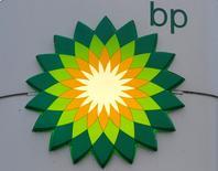 Логотип BP на заправке в Санкт-Петербурге 18 октября 2012 года. ВР подписала с нефтесервисной компанией Topaz Energy and Marine контракт на предоставление 14 вспомогательных судов для использования в Каспийском море, сообщила Topaz Energy and Marine. REUTERS/Alexander Demianchuk/Files