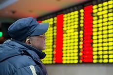 Un inversor observa un panel con información bursátil en Nanjing, China, ene 26, 2016. Las acciones chinas subieron por tercera sesión consecutiva el jueves, extendiendo el repunte del día anterior de un 4 por ciento, en momentos en que los inversores esperan una reunión clave de la máxima legislatura de China que comienza el sábado.  REUTERS/China Daily IMAGEN DE TERCEROS, CEDIDA A REUTERS COMO UNA CORTESÍA PARA SUS CLIENTES
