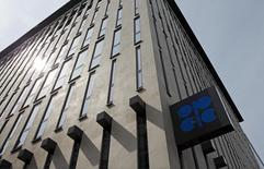 El logo de la OPEP en su sede en Viena, ago 21, 2015. Algunos miembros de la Organización de Países Exportadores de Petróleo (OPEP) planean reunirse con otros productores alrededor del 20 de marzo en Rusia para seguir discutiendo la propuesta para congelar la producción de crudo, dijo el jueves el ministro de Petróleo de Nigeria.   REUTERS/Heinz-Peter Bader