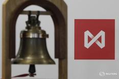 Колокол в помещении Московской биржи 15 февраля 2013 года. Московской биржа работает в понедельник, 7 марта, и в этот день торги на биржевых рынках будут проводиться с учетом ряда  особенностей, о чем биржа проинформировала на своем сайте (http://moex.com).  REUTERS/Maxim Shemetov
