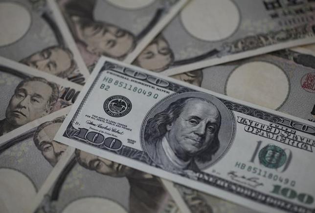 3月4日、雇用統計を受けドルがユーロと円に対し下落した。賃金の減少を受けて、FRBは利上げを急がないとの見方が広がった。写真は100ドル、1万円札。2013年2月撮影。(2016年 ロイター/Shohei Miyano)