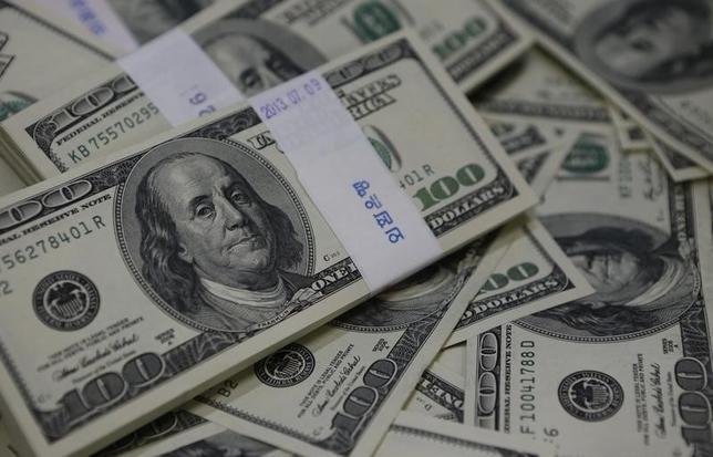 3月4日、ニューヨーク外為市場では、ドルが対ユーロで一時、1週間ぶりの安値をつけた。週間でも3週間ぶりに下落する見通しだ。写真は100ドル紙幣の束。ソウルで2013年8月撮影(2016年 ロイター/Kim Hong-Ji)