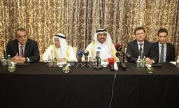 """Arabia Saudita mantendrá su nivel de participación en el mercado de crudo y la idea de que podría recortar su producción mientras otros países la aumentan """"no es realista"""", dijo el sábado el ministro de Relaciones Exteriores saudí. Imagen de archivo, desde el segundo por la derecha a la izquierda, del ministro de energía ruso Alexander Novak, del ministro de energía de Catar Mohammad bin Saleh al-Sada, del ministro de petróleo de Arabia Saudita Ali al-Naimi y de su homólogo venezolano Eulogio del Pino durante una rueda de prensa conjunta en Doha, Catar, el 16 de febrero de 2016. REUTERS/Naseem Zeitoon"""