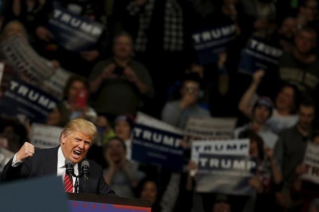 3月2日、共和党上層部の多くは、大統領選で党指名レースのトップを走るドナルド・トランプ氏が最終的には自滅するか、同氏の大言壮語、無責任な中傷、政策の不在に対して、国民が我慢しきれなくなると考えていた。だが、彼らは間違っていた。写真は4日、ミシガン州で選挙演説をするトランプ氏(2016年 ロイター/Carlos Barria)