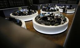 Las bolsas europeas bajaban el lunes tras las últimas subidas, con la eléctrica francesa EDF protagonizando las caídas a la espera de que la reunión del BCE de esta semana proporcione el rumbo a corto plazo. En la imagen, operadores en la Bolsa de Fráncfort, el 23 de febrero de 2016. REUTERS/Kai Pfaffenbach