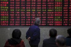 Inversores miran un tablero electrónico que muestra la información de las acciones, en una correduría en Shanghái, China. 7 de marzo de 2016. Las acciones chinas subieron por quinta sesión consecutiva el lunes luego de una serie de garantías de los principales líderes del país respecto a que la economía podrá mantenerse sobre una base sólida a pesar de la tensión por las reformas estructurales. REUTERS/Aly Song