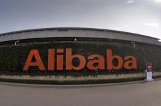 El logo de Alibaba fotografiado en su sede en Hangzhou, China, 14 de octubre 2015. La división financiera del gigante chino del comercio electrónico Alibaba Group Holding Ltd, Ant Financial Services Group, busca alcanzar un valor cercano a los 60.000 millones de dólares en su ronda actual de financiación, informó una persona conocedora de la situación. REUTERS/Stringer/Files