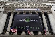 Le titre de Shake Shack, la chaîne de restauration rapide, est à suivre mardi à Wall Street. L'entreprise a vu ses ventes à périmètre constant progresser de 11% au quatrième trimestre, soit la plus faible hausse des trois derniers trimestres. Le titre s'effondrait de près de 9% en avant-Bourse. /Photo d'archives/REUTERS/Brendan McDermid