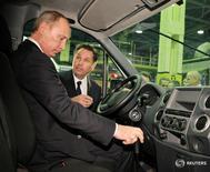 Владимир Путин слушает главу Автоваза Бо Андерссона на заводе ГАЗ в Нижнем Новгороде 23 декабря 2010 года. Альянс Renault-Nissan сообщил, что глава российского автопроизводителя Автоваз Бу Андерссон уйдет в отставку. REUTERS/Alexsey Druginyn/RIA Novosti/Pool