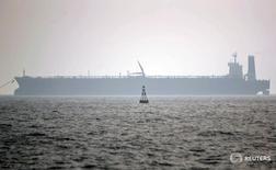 Нефтеналивной танкер у иранского порта Ассалуйе 27 мая 2006 года. Иран смог лишь незначительно увеличить экспорт нефти в Европу после отмены санкций, и ряд бывших покупателей пока не возобновили работу с Исламской республикой, жалуясь на юридические сложности и нежелание Тегерана изменить условия продаж, чтобы вернуть клиентов, сообщили Рейтер участники рынка. REUTERS/Morteza Nikoubaz