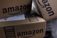 Amazon met en place son propre réseau de fret aérien grâce à un accord avec le loueur d'avions Air Transport Services Group. Le géant américain du commerce en ligne va louer 20 avions cargo 767 de Boeing, avec les services logistiques associés, pour une durée allant de cinq à sept ans. /Photo d'archives/REUTERS/Mike Segar