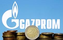 Монеты евро на фоне логотипа Газпрома. 21 апреля 2015 года. Монополист в экспорте природного газа из РФ Газпром продолжит диалог с Еврокомиссией относительно антимонопольного расследования, говорится в сообщении Газпрома после встречи с представителями Еврокомиссии в Брюсселе. REUTERS/Dado Ruvic